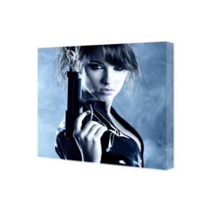 Obraz na płótnie Kobieta z pistoletem we mgle