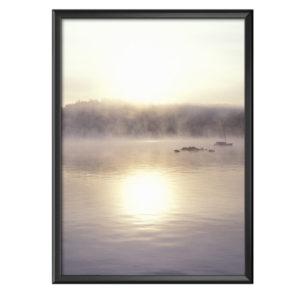 Plakat jezioro spowite mgłą jesiennego poranka