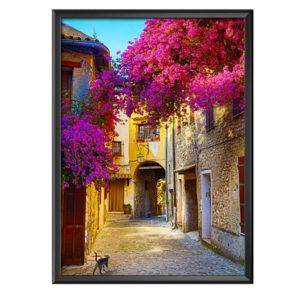 plakat alejka starego miasta z kwitnącym drzewem