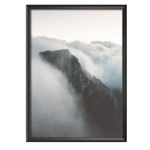 Plakat klif skąpany w gęstej mgle