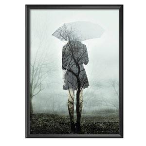 Plakat kobieta z parasolką w drzewach