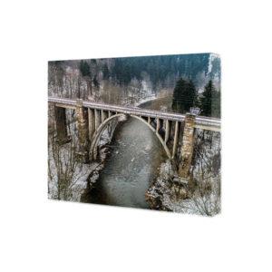 Obraz na płótnie wiadukt nad rzeką w zimowym klimacie